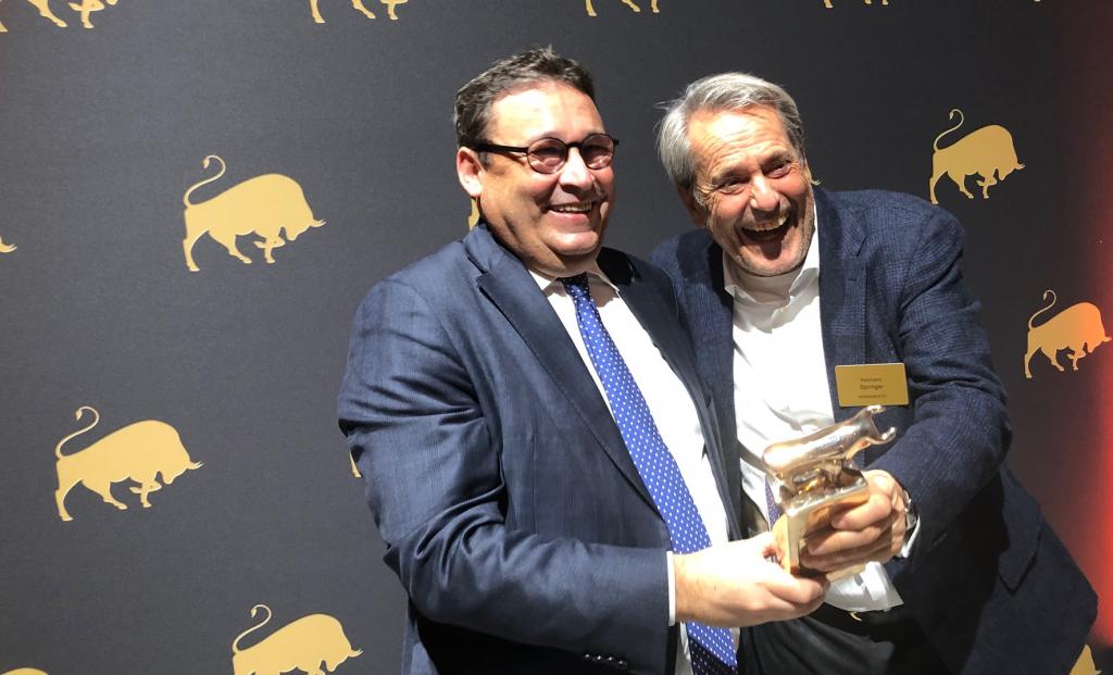 Dr. Werner, Finanzen-Verlag überreicht den Silbernen Bullen an Reinhard Springer.